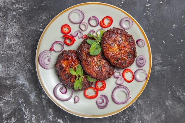 トップビューオニオンリング付きの美味しい肉カツ