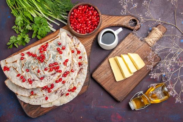 上面図暗い表面に新鮮な赤いザクロが付いたおいしい肉クタブピタ生地ピタ肉ミールフード