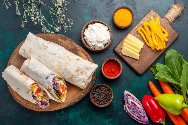 상위 뷰 맛있는 고기 샌드위치 어두운 파란색 바닥에 신선한 야채와 함께 침에 구운 고기로 만든 샌드위치 햄버거 음식 식사 점심 고기