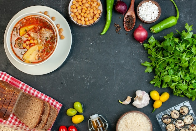 La deliziosa zuppa di carne vista dall'alto è composta da fagioli di patate e carne su sfondo scuro