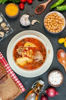La deliziosa zuppa di carne vista dall'alto è composta da carne di patate e fagioli su sfondo scuro
