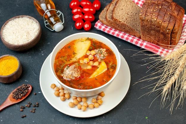 La deliziosa zuppa di carne vista dall'alto è composta da patate e carne su sfondo scuro