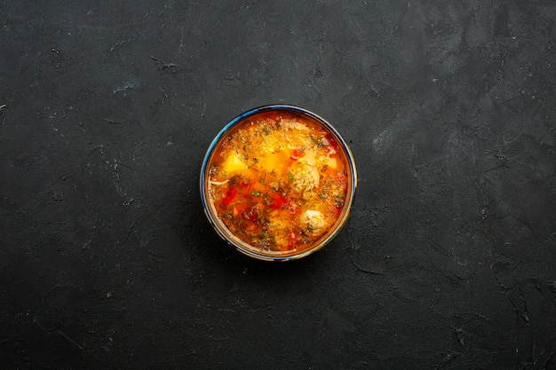 Вид сверху вкусного мясного супа с вареным картофелем и мясом на сером пространстве