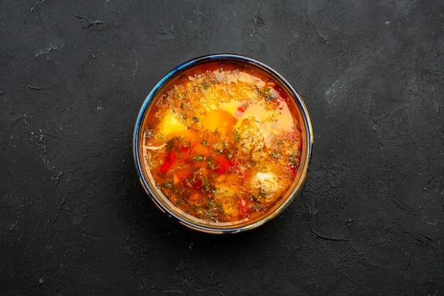 회색 공간에 요리 된 감자와 고기가 들어간 맛있는 고기 수프