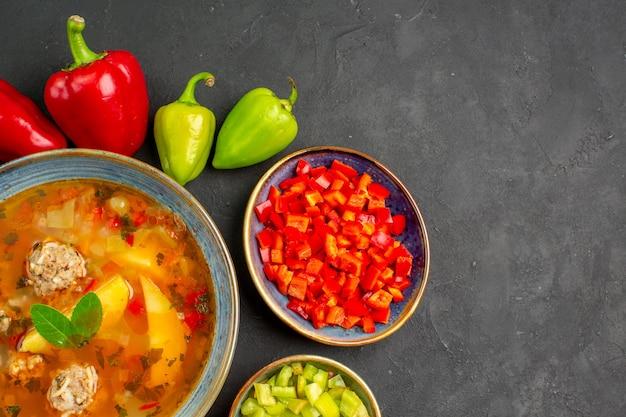 Vista dall'alto una deliziosa zuppa di carne con verdure fresche sul cibo pasto foto piatto tavolo scuro