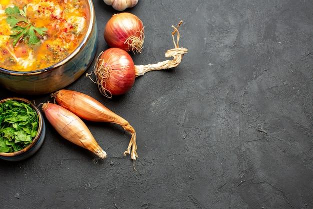 회색 공간에 얇게 썬 야채와 함께 상위 뷰 맛있는 고기 수프