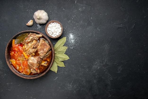 上面図濃い肉色のグレーソースミール温かい料理ポテト写真ディナー料理に野菜を添えたおいしい肉汁