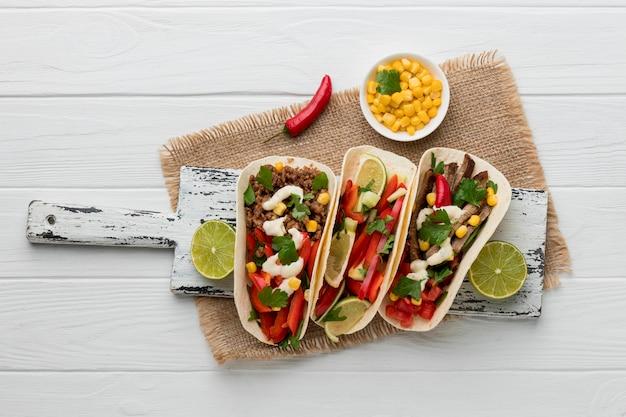 Вид сверху вкусная мексиканская еда с мясом и петрушкой