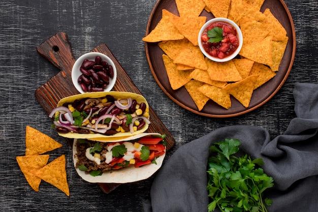 Вид сверху вкусная мексиканская еда с начос