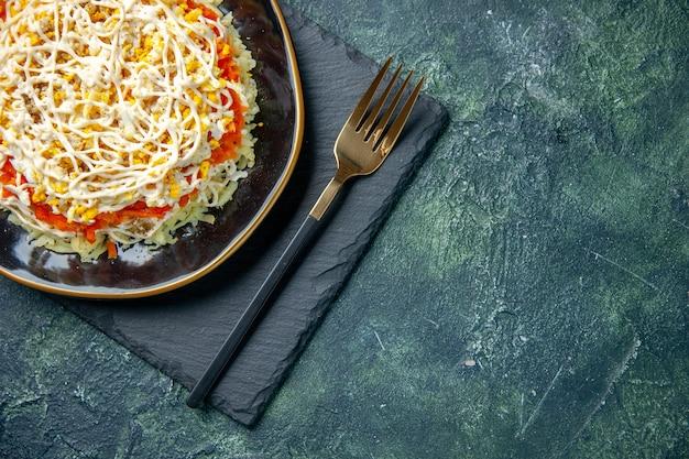 진한 파란색 배경에 접시 안에 상위 뷰 맛있는 미모사 샐러드
