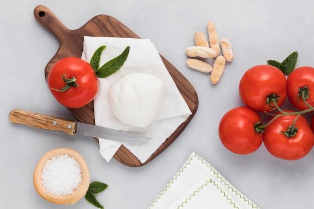 Вид сверху вкусной моцареллы и помидоров