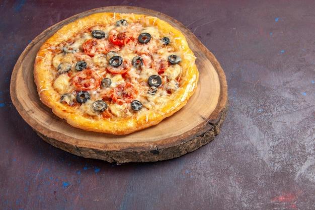 상위 뷰 맛있는 버섯 피자 어두운 표면 식사 음식 피자 이탈리아 반죽에 치즈와 올리브와 함께 반죽을 요리