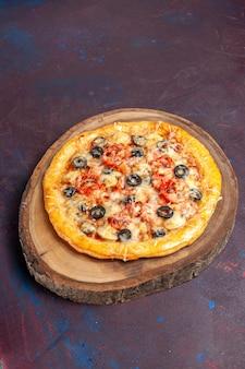 상위 뷰 맛있는 버섯 피자 어두운 표면 식사 피자 음식 반죽 이탈리아어에 치즈와 올리브와 함께 반죽을 요리