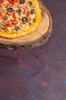 상위 뷰 맛있는 버섯 피자 어두운 표면 식사 피자 음식 이탈리아 반죽에 치즈와 올리브와 함께 반죽을 요리