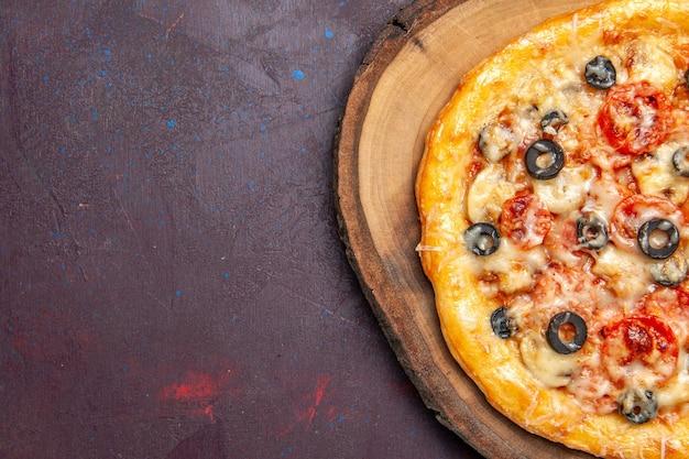 상위 뷰 맛있는 버섯 피자 어두운 표면 식사 피자 이탈리아 음식 반죽에 치즈와 올리브와 함께 반죽을 요리