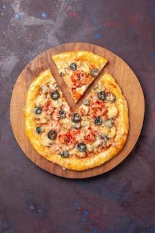 상위 뷰 맛있는 버섯 피자 어두운 표면 피자 음식 이탈리아 식사 반죽에 치즈와 올리브와 함께 반죽을 요리