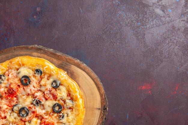 Vista dall'alto deliziosa pizza ai funghi pasta cotta con formaggio e olive sulla superficie scura pasto cibo pizza pasta italiana