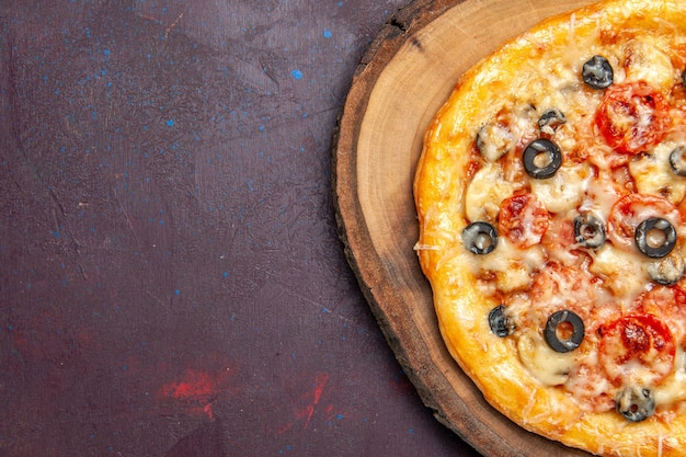 Vista dall'alto deliziosa pizza ai funghi pasta cotta con formaggio e olive su superficie scura pasto pizza pasta alimentare italiana