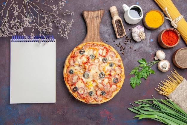トップビューダークフロアの食事生地スナックピザイタリアンにチーズとオリーブを添えたおいしいマッシュルームピザ