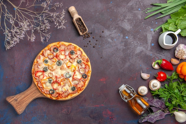 トップビューおいしいマッシュルームピザ、チーズオリーブと調味料、暗い表面の食事イタリア料理生地スナックピザ