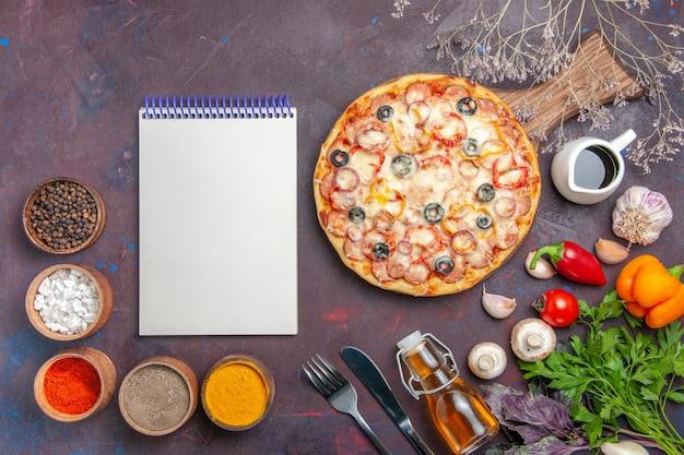 어두운 책상 피자 식사 이탈리아 음식 반죽 스낵에 치즈 올리브와 조미료와 상위 뷰 맛있는 버섯 피자