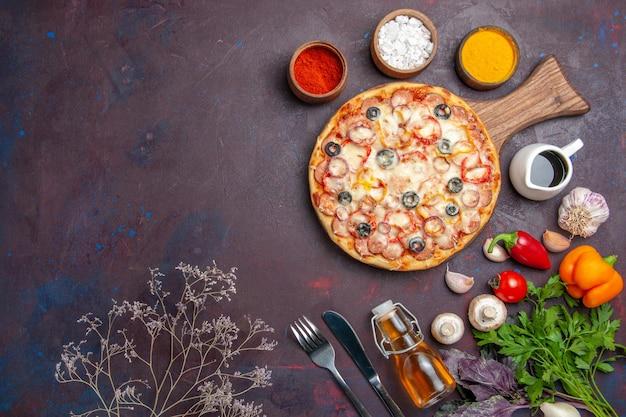 Вид сверху вкусной грибной пиццы с сырными оливками и приправами на темном полу пицца итальянская еда закуска из теста
