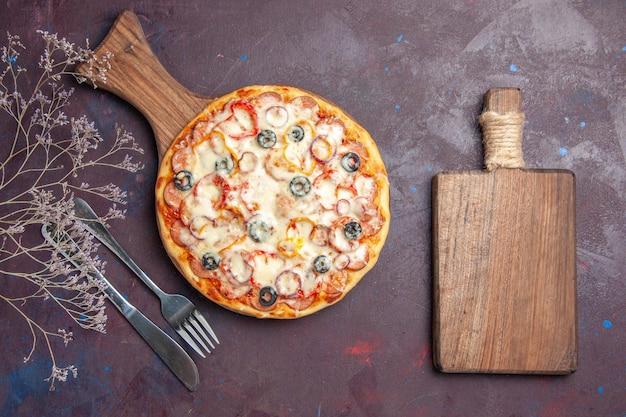 Вид сверху вкусной грибной пиццы с сырными оливками и помидорами на темной поверхности пицца италия еда тесто еда