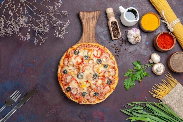 Vista dall'alto deliziosa pizza ai funghi con formaggio e olive sulla superficie scura pasto pasta snack pizza italiana