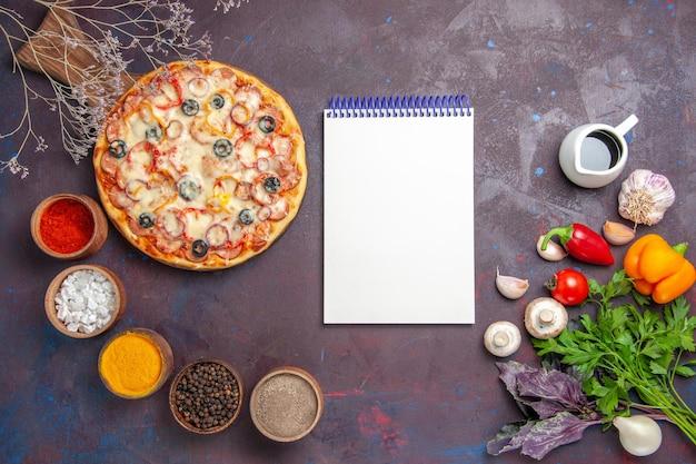 Vista dall'alto deliziosa pizza ai funghi con olive al formaggio e condimenti su pasta scura da scrivania cibo pizza italiana