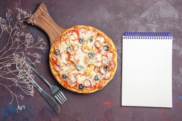 Vista dall'alto deliziosa pizza ai funghi con olive al formaggio e pomodori su pizza da scrivania scura pasta alimentare italiana