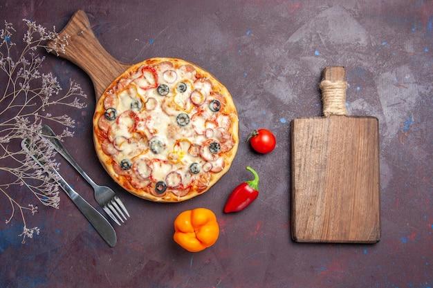 Vista dall'alto deliziosa pizza ai funghi con olive al formaggio e pomodori su superficie viola scuro pasta per pizza cibo italiano