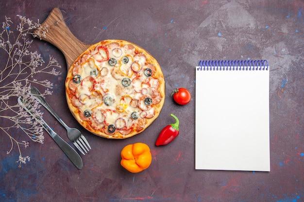 Vista dall'alto deliziosa pizza ai funghi con olive al formaggio e pomodori su superficie scura impasto per pizza alimentare italiano