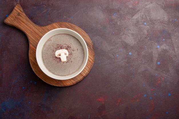 Vista dall'alto deliziosa zuppa di funghi all'interno del piatto nello spazio buio
