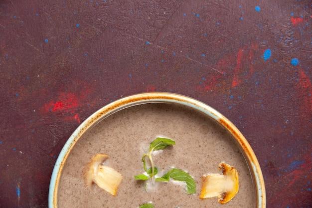 暗い机の上のプレートの内側の上面図おいしいキノコのスープ 無料写真