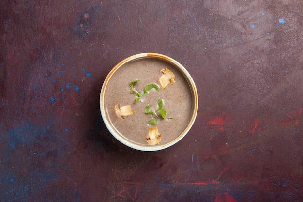 진한 보라색 공간에 접시 안에 상위 뷰 맛있는 버섯 수프