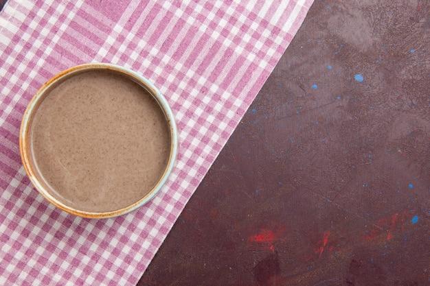 Vista dall'alto deliziosa zuppa di funghi all'interno del piatto rotondo su uno spazio buio