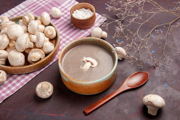 Vista dall'alto deliziosa zuppa di funghi con funghi freschi su uno spazio buio