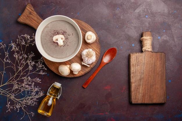 Vista dall'alto deliziosa zuppa di funghi con funghi freschi e olio sulla scrivania scura