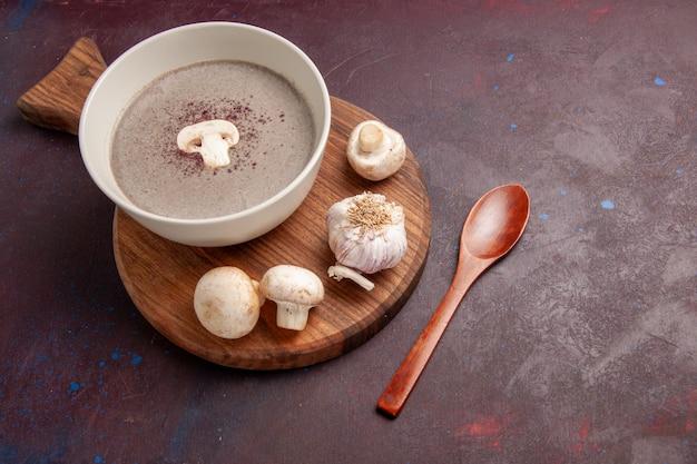 濃い紫色の空間に新鮮なキノコが入ったトップビューのおいしいキノコのスープ