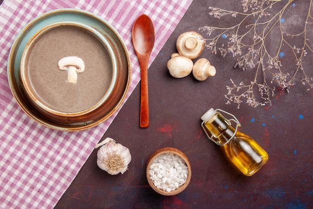 Vista dall'alto deliziosa zuppa di funghi con olio su uno spazio buio
