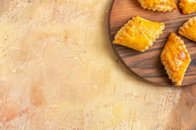 Vista dall'alto di deliziose torte di noci su una superficie di legno