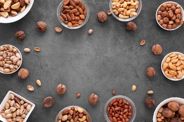 Vista dall'alto di deliziose noci con copia spazio