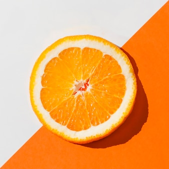 Vista dall'alto deliziosa fetta d'arancia