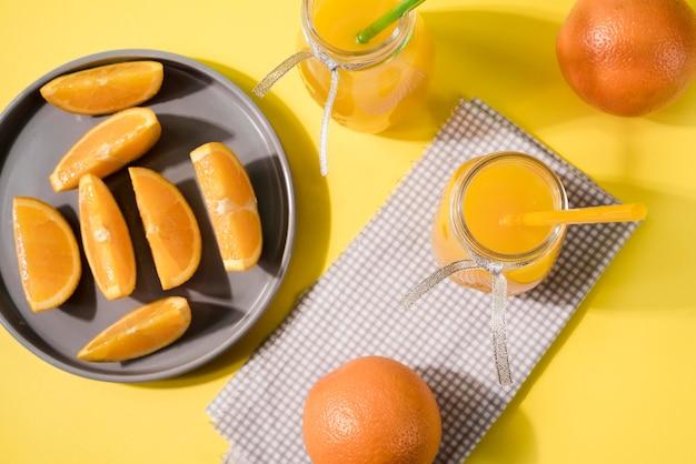 Вид сверху вкусных апельсинов на столе