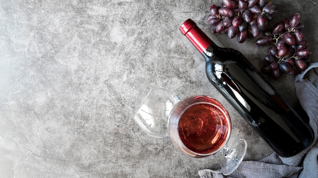 상위 뷰 맛있는 유기농 와인과 포도