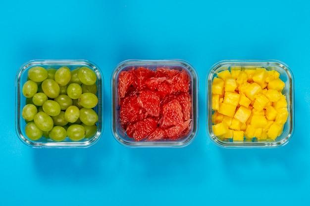 Вид сверху вкусные упакованные фрукты