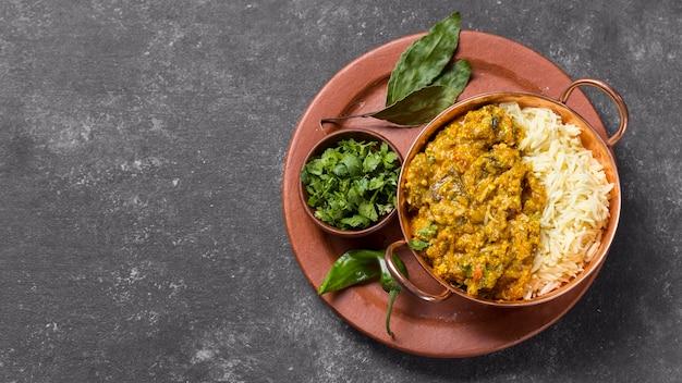 Vista dall'alto delizioso pasto pakistan con copia spazio