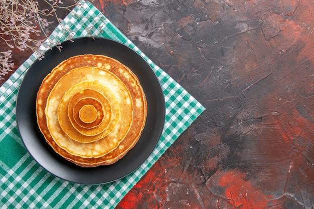 Vista dall'alto su una pila di deliziosi pancake