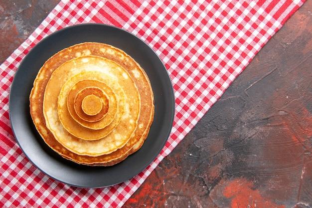 Vista dall'alto su deliziose frittelle sul piatto