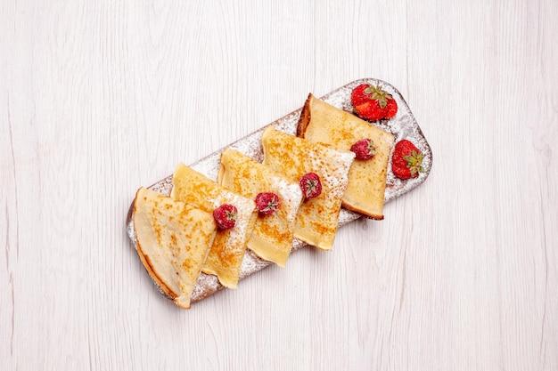 흰색 배경에 과일과 함께 상위 뷰 맛있는 팬케이크 달콤한 케이크 디저트 과일 팬케이크 설탕